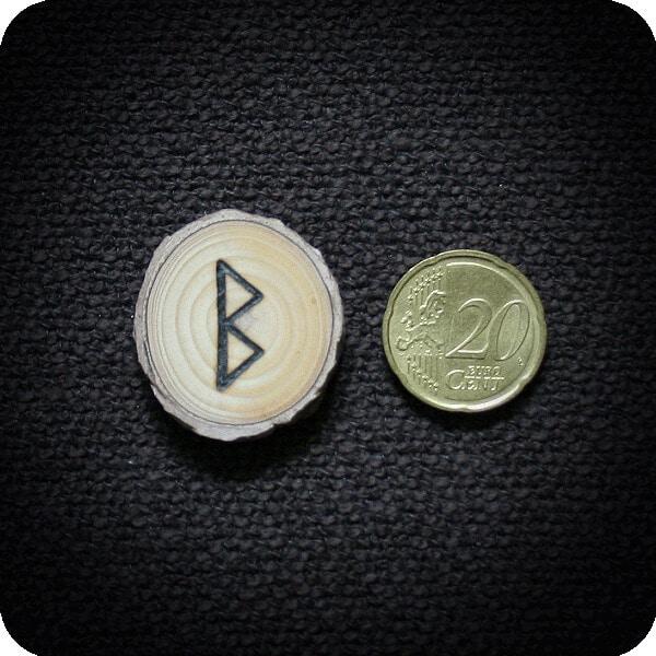 Runenset aus Schwarzkiefer