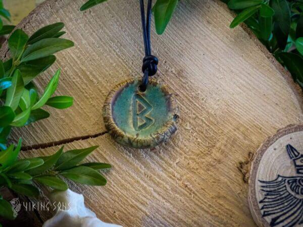 Runenkette Berkano braun grün