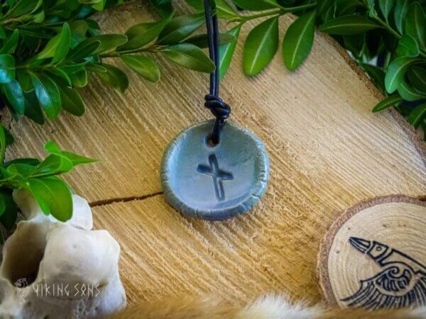 Runenanhänger nauthiz blau gruen