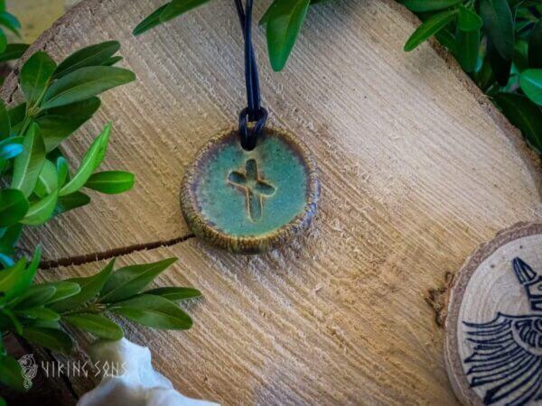 Runenanhänger nauthiz gruen braun